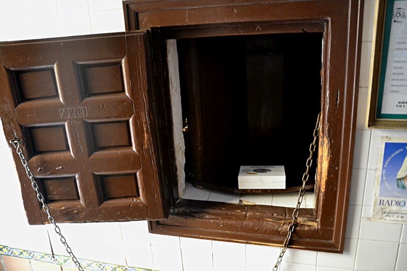 """Wooden revolving window or in Spanish """"torno"""""""